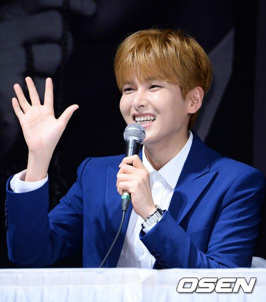 4. Super Junior 厲旭  在音樂劇有很好表現的厲旭,他的嗓音屬於溫柔中帶點剛性,不管什麼曲風都能勝任的 10 年歌手,小編自己聽過他在 KTR 音樂會的 Live,如果說是天籟也不為過,真的很適合當睡前時段的 DJ。