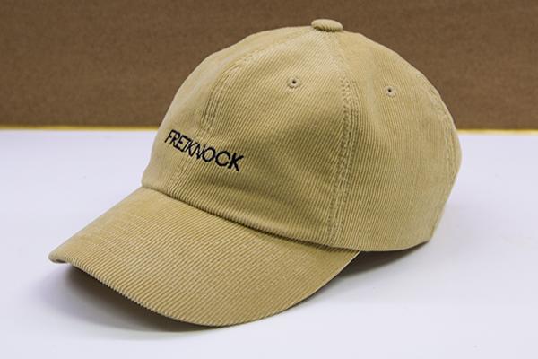 第一頂是這個土黃色棒球帽 因為是燈芯絨材質,所以比較適合秋冬