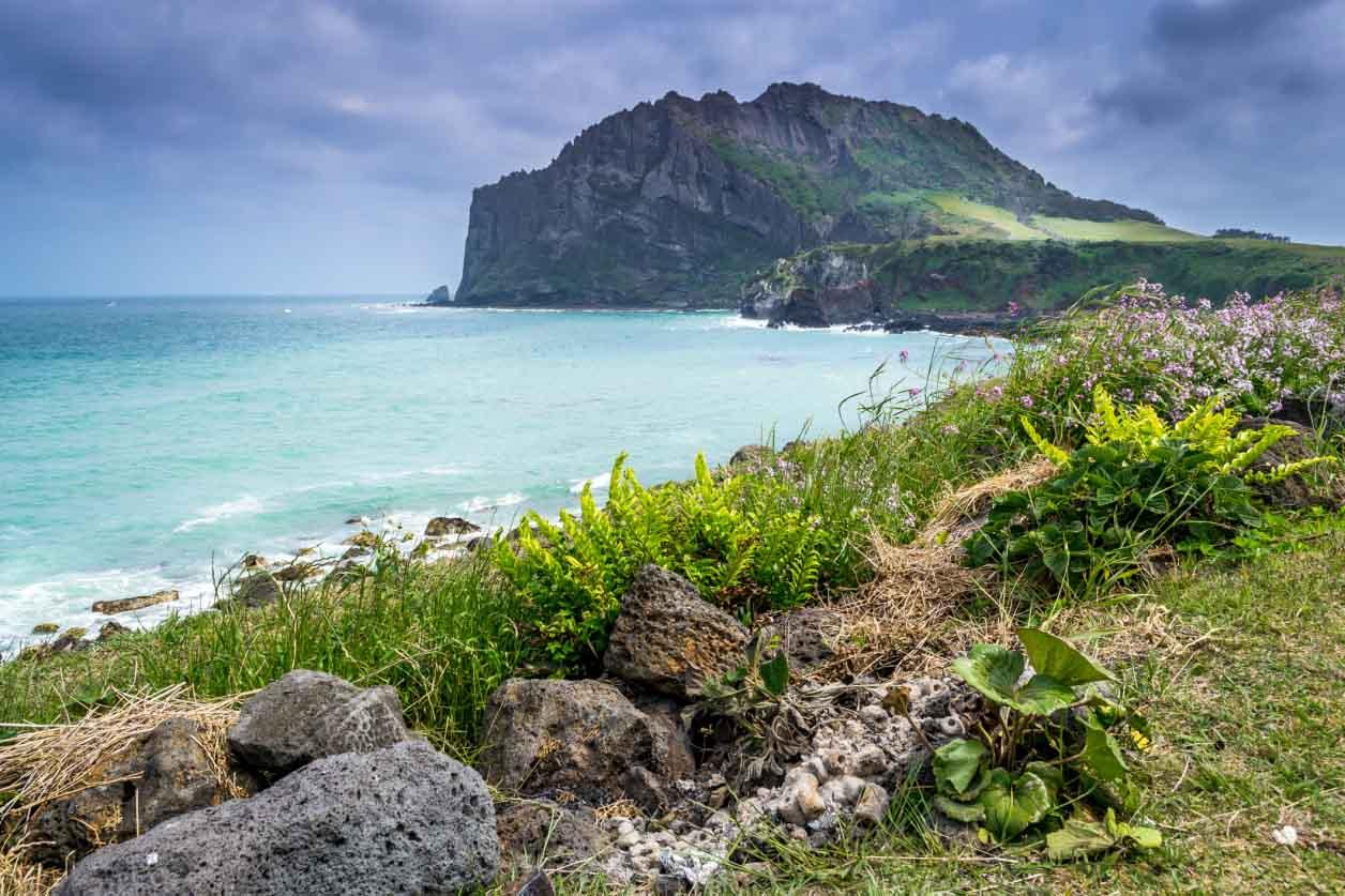 #第一 濟州島 濟州島是在韓國唯一一個不需要簽證的地方. 有著漂亮的自然景觀的濟州島被選為中國20年代年輕人裡最喜愛的旅行地點(第一位).