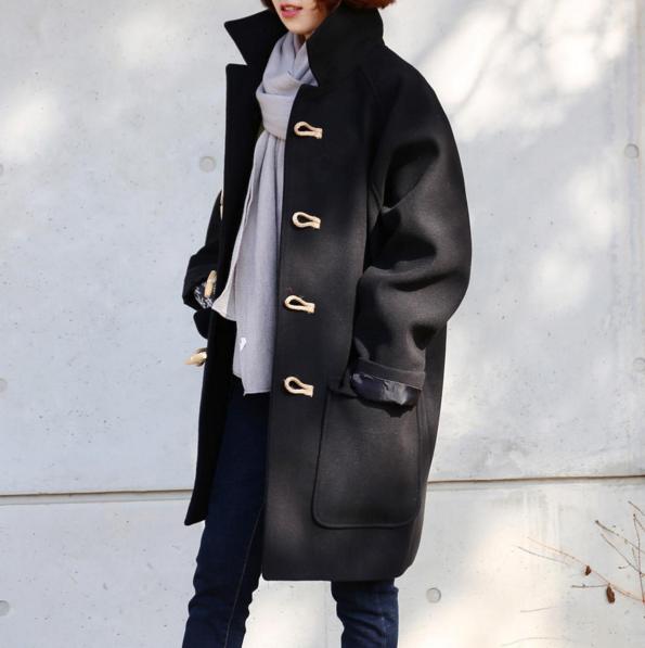 選擇Oversize牛角釦外套可以避免看起來過於中性的氣息,多了許多可愛感喔!