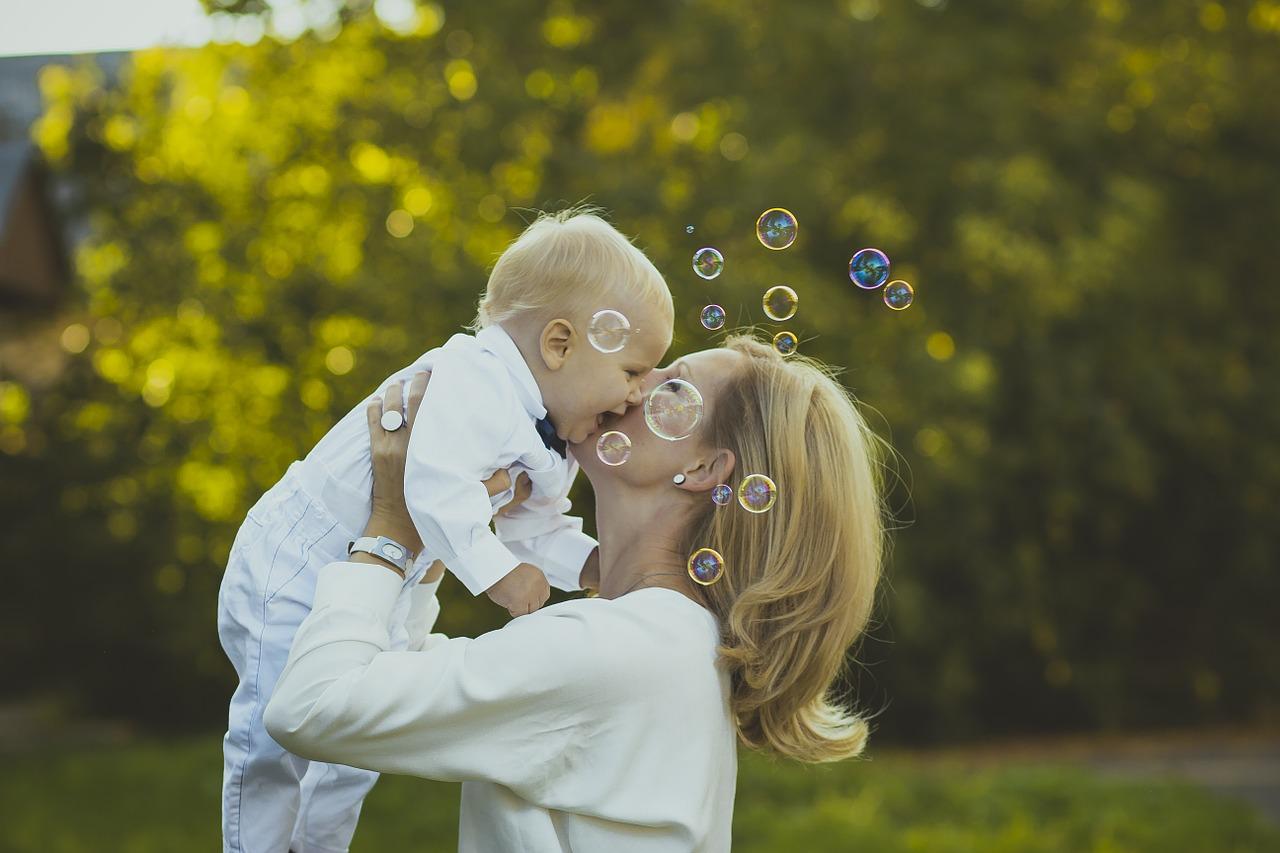 1.三大時期 初經來的前期、哺乳期、更年期 這3個時期女性荷爾蒙不穩定 生理期不規律是正常的