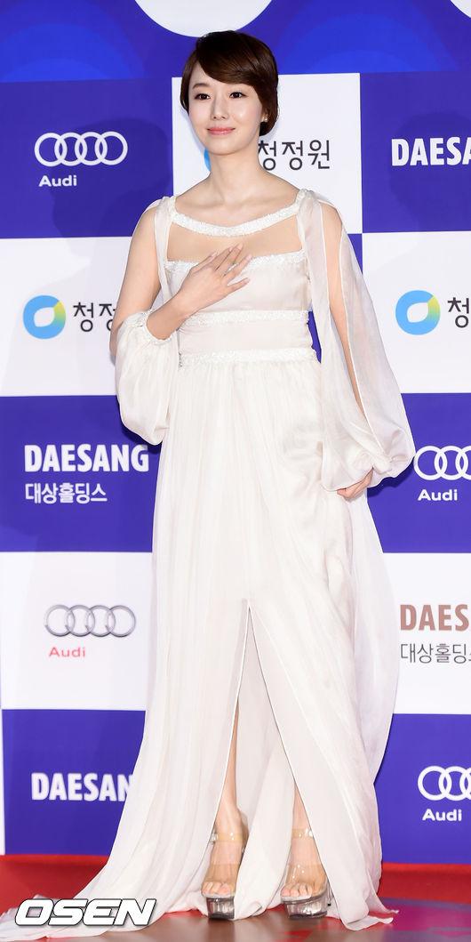 今年韓國青龍電影節上,李貞賢攜《誠實國度的愛麗絲》,擊敗了全智賢,獲得了最佳女主角,之前與大鐘獎擦身而過的劉亞仁,終於獲得了最佳男主獎。李敏鎬、朴敘俊、朴寶英、金雪炫獲得了人氣明星獎。雖說都是人氣演員,但是韓國明星的片酬相差還挺大的,今天就給大家扒一扒韓國一線明星片酬都有多少。