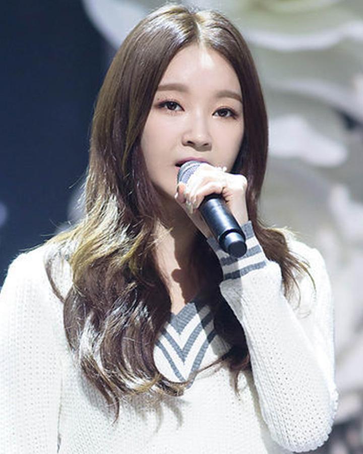 常常做女神髮型的歌手姜珉耿. 是不是跟剛剛看的髮型有點不同呢?