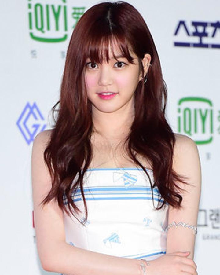 接下來看一下有著小小可愛的臉蛋、充滿魅力的韓國女演員李侑菲的髮型:)