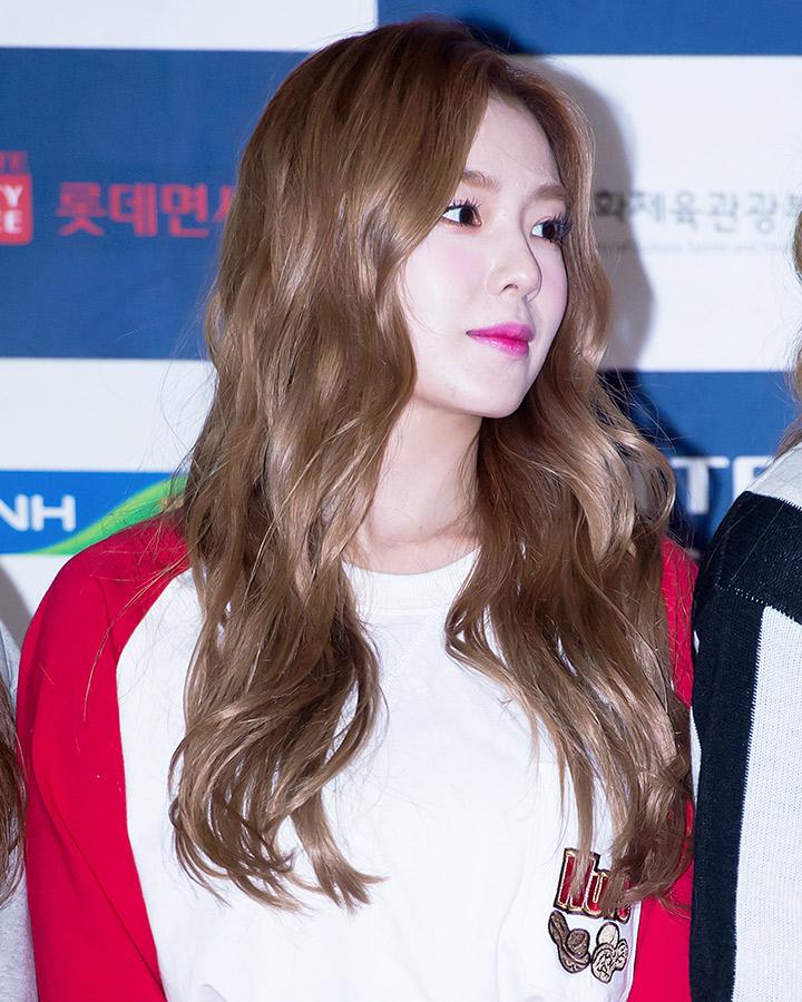 有著像白玉一樣雪白皮膚的韓國歌手IRENE. 感覺各種髮色都適合她,照片上淺色與波浪捲的髮型也非常適合她.