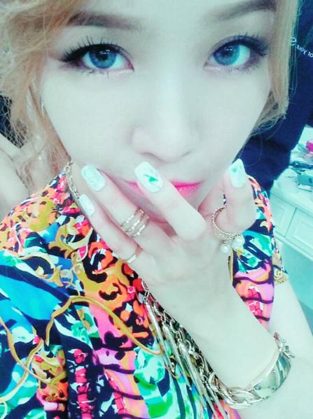 #Girl's Day珉雅 多圈式金色戒指故意戴在關節的地方,不是沒戴好是一種流行啦~