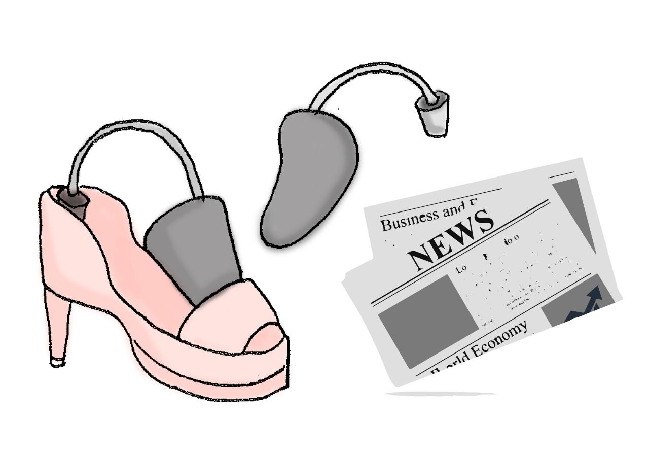 #在鞋後跟放東西撐開 拿報紙或是鞋撐都可以,塞在鞋子裡撐大它