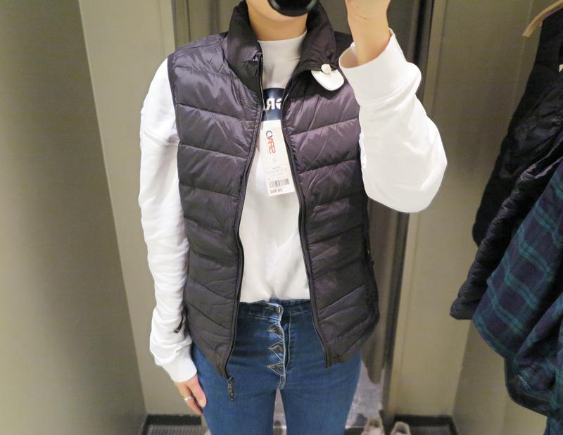 (黑ㅣM Size) 和先前看到的幾件設計不同  這件為女性設計的羽絨背心添加了立領的防風細節 縫線部份 也是較為薄鬆的寬間距設計