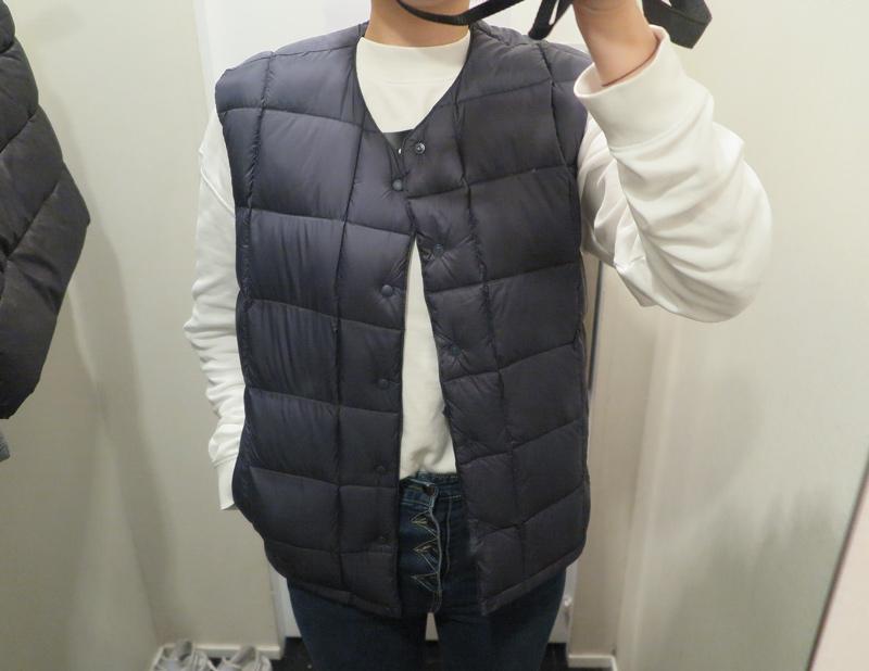 (經典黑色 ㅣM Size) 佐丹奴的羽絨背心採的是窄版的圓領設計 以及方型的縫線設計