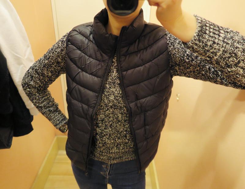 (黑ㅣM Size)  欸…那個 本來試穿文是要同一套衣服一起搭 但是挑到一半突然看到喜歡的針織衫就一起試穿了(不好意思啊~) 不論是立領或是版型 完全依照女生身型打版 算是非常合身的背心