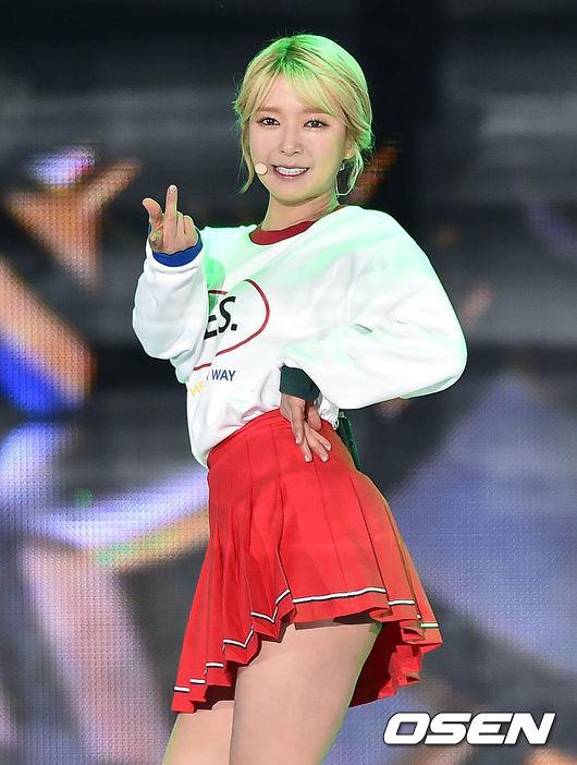 ★ AOA :: 草娥 ★  是隊內年紀最大的草娥,她的想法也很媽媽級喔!超可愛的!