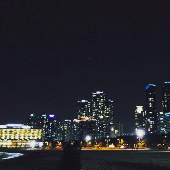 台灣有一句叫做「燈光美,氣氛佳」的話,應該就是用在這個時候吧?在閃閃亮亮的燈光下點綴的夜空,跟男盆友牽著手手散步不是很浪漫嗎?(但是現在首爾好冷,散步可能只能10分鐘T0T)