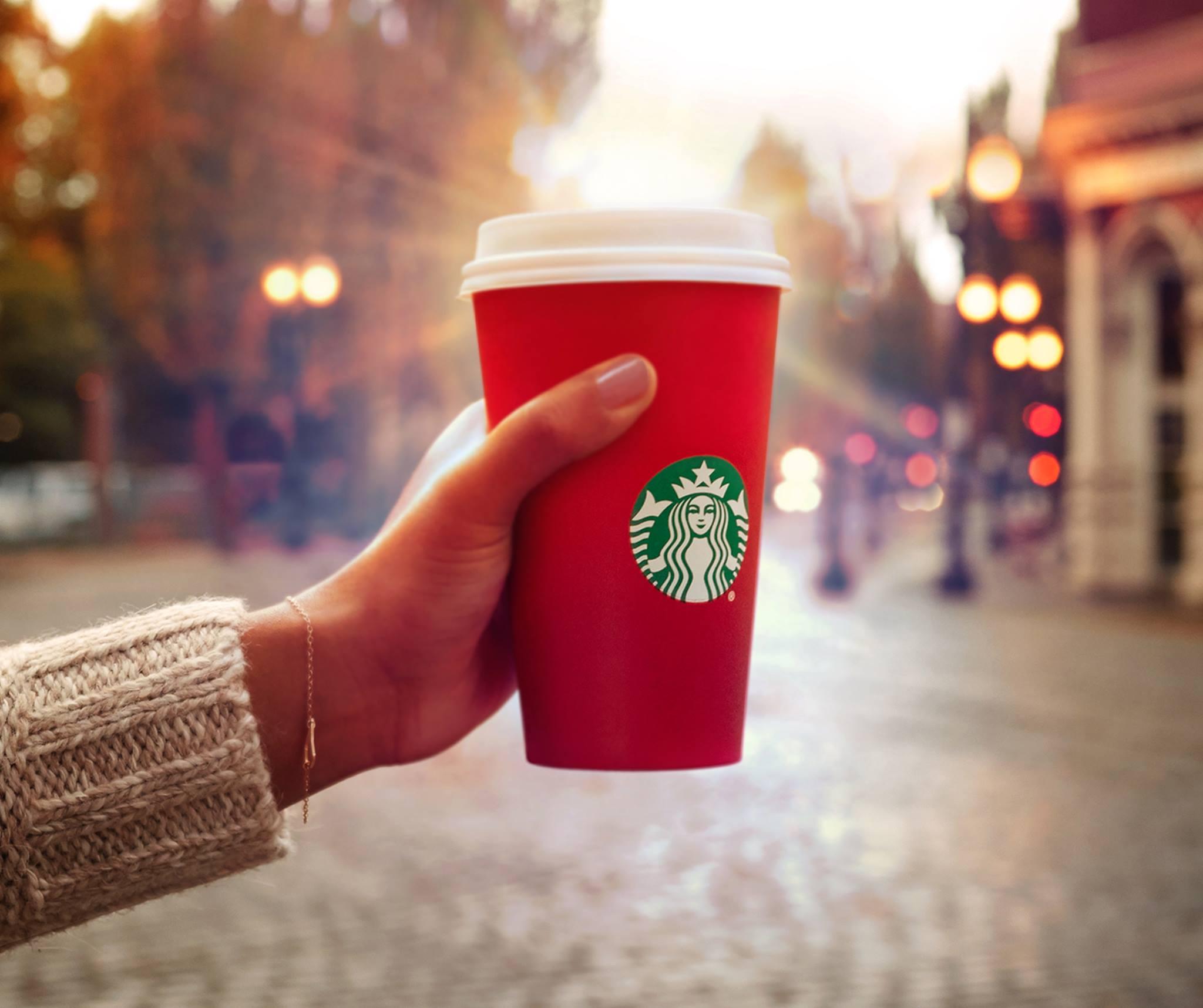 每年接近聖誕節的時候 星巴克都會改用冬季應景的紅色紙杯 像是在杯子加上雪花、圍巾等元素 但是你們有沒有發現今年的紅杯有什麼特別的???