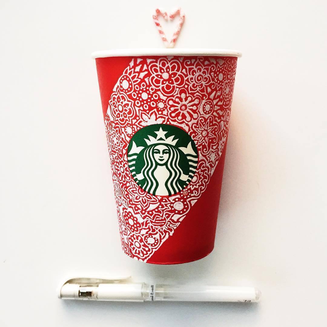他們想用更開放的方式讓大家感受聖誕氣氛 讓每個顧客能DIY手上的紅色杯子