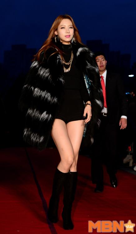 就是這張照片讓韓國網友們不斷稱讚她的身材比例~不過她是誰呢?