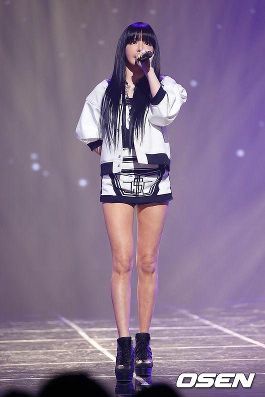 歌迷們等待已久的朴春終於出現在大眾舞台 時隔違1年8個月後 終於再度看到2NE1的完全體