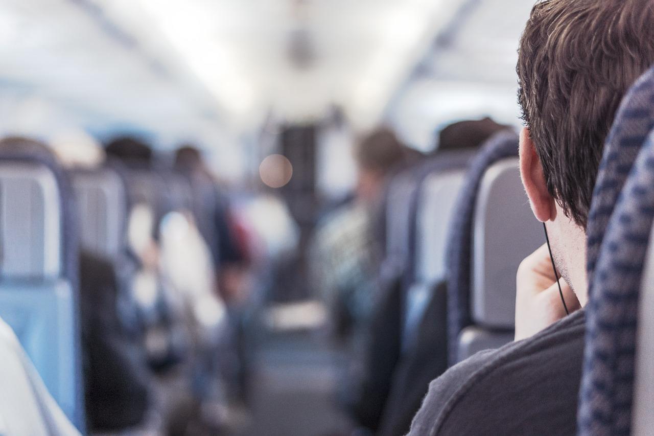 8.聽歌好嗨 在飛機上聽歌放太大聲,旁邊的人都聽到BANGBANGBANG 是想跟隔壁的人玩猜歌遊戲嗎??? 最可怕的是,他還唱出來......