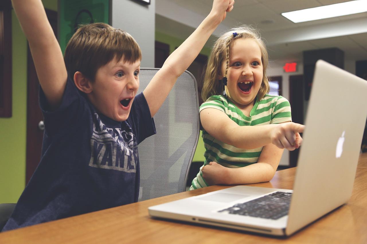 1.小孩 尖叫、哭聲、笑聲威力都非常強大 踢椅子踢到你躁鬱症發作都有可能 神奇的是,他們的家長好像身在另一個平行時空裡 都‧沒‧看‧到