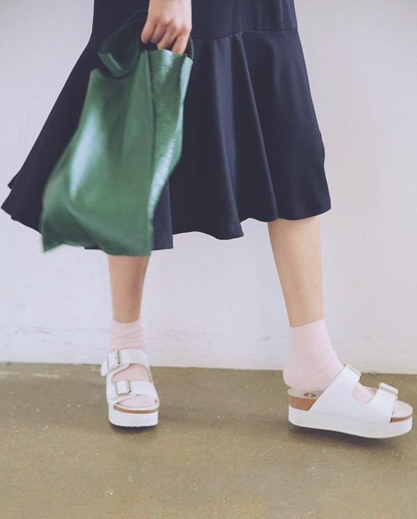 原本還覺得土土的,沒想到涼鞋+襪子會受到如此人氣迴響★除了增加層次感,圖案&顏色也幫助造型加分喔!
