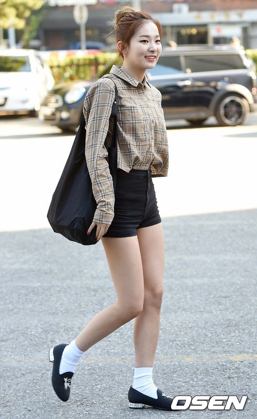 4. Red Velvet 瑟琪  身材偏瘦的瑟琪,不要看她瘦瘦的樣子,她可是有 11 腹肌的女孩喔!