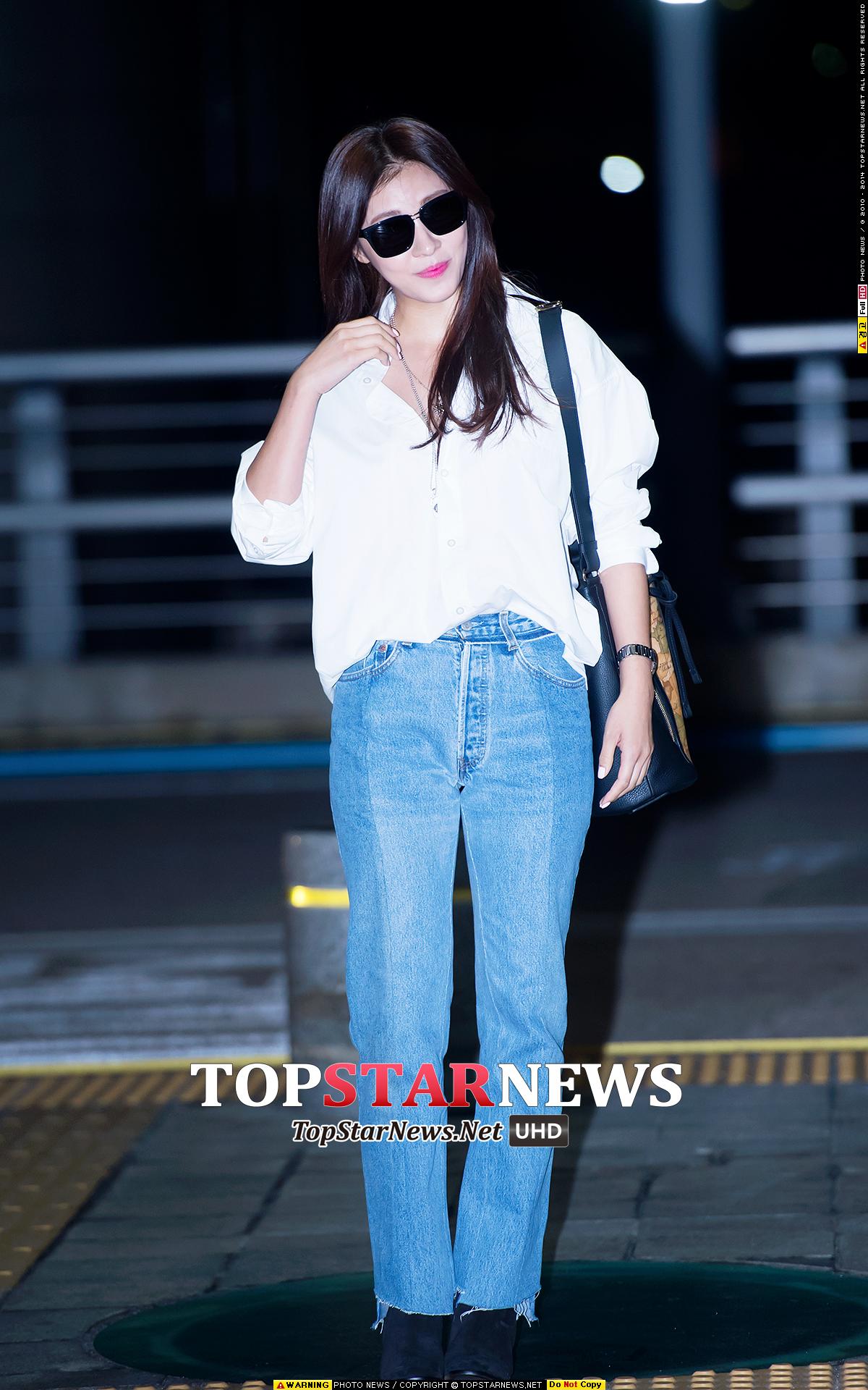 河智苑穿著寬版高腰牛仔褲和寬鬆的白襯衫,也很有股復古的風味