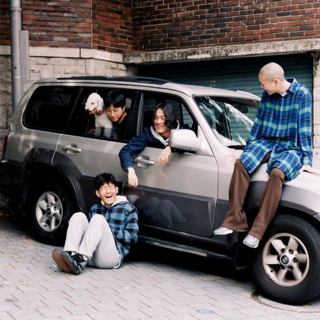 但如果就是想要走「超級復古風」,不妨參考Hyukoh樂團的服裝