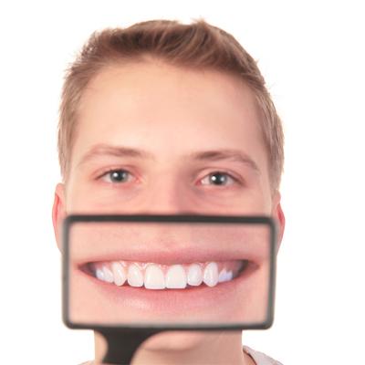 導致口臭的原因會因為有蛀牙或牙周病、口腔乾燥症、吸煙、喝酒、食物等等各種原因,有90%都是因為