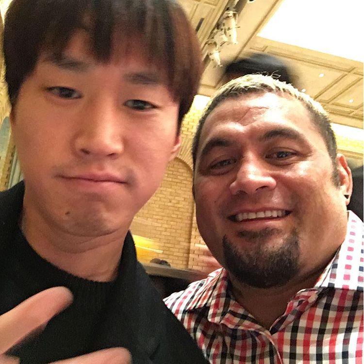 這個私人的行程是因為K-1世界格鬥賽的「薩摩亞怪人」名將Mark Hunt,跟Tablo留下合照後,PO在自己的instagram上面而曝了光!