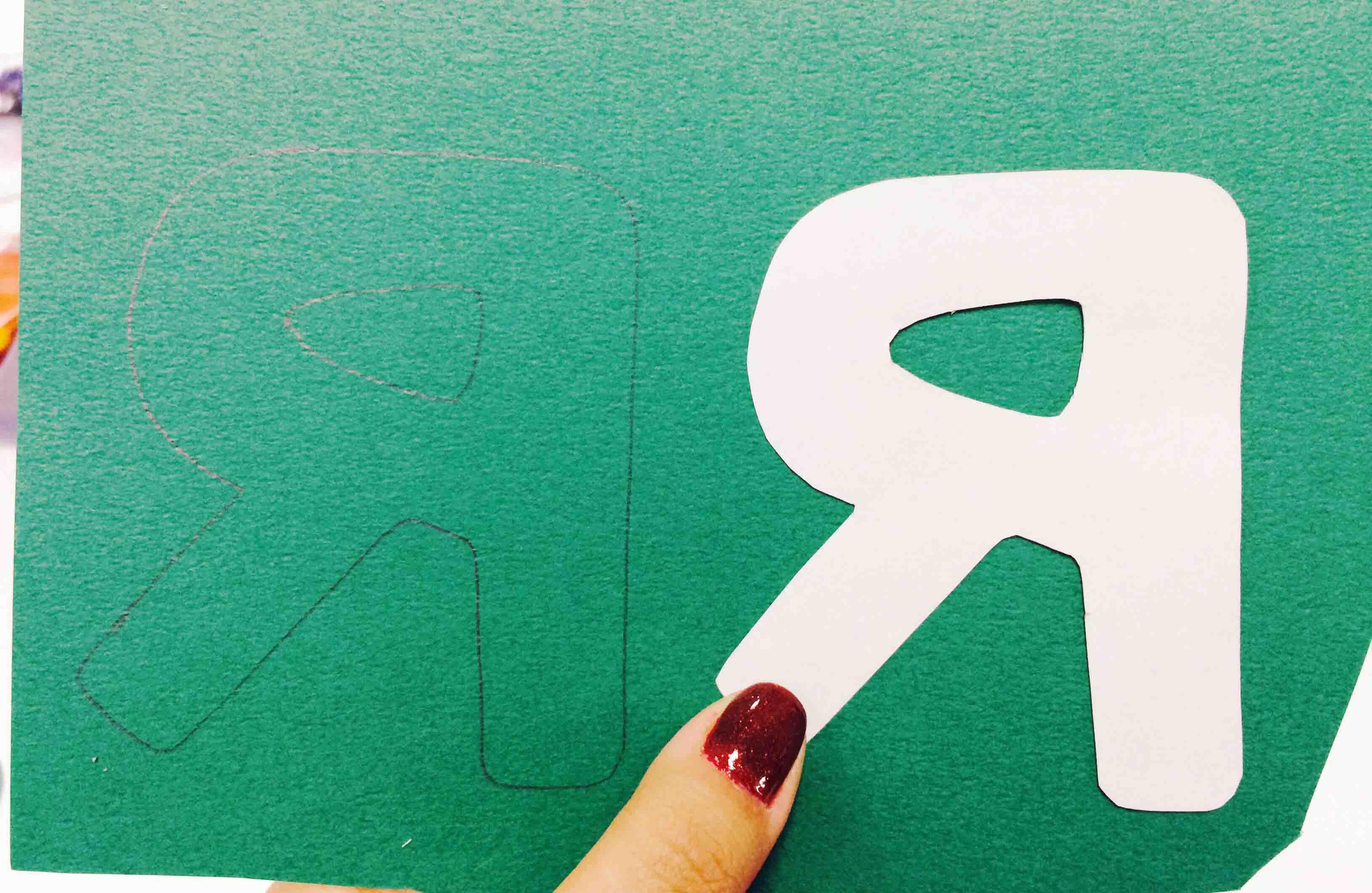 2. 把剪好的圖案放在彩紙上,在彩紙上勾勒出形狀...輕一點,不要讓背面留有筆印