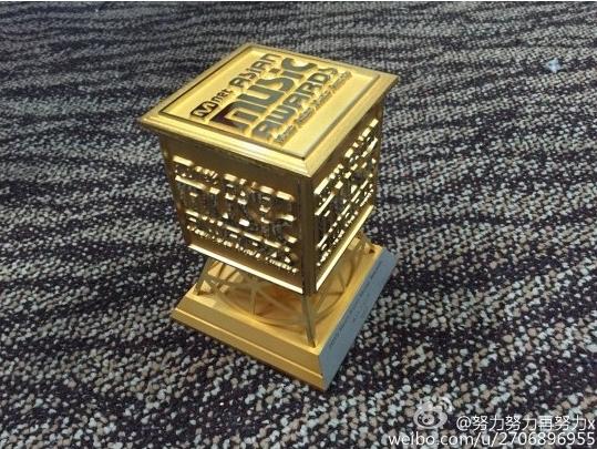 另外一個證據照片是這張! EXO 成員 LAY 在微博中上傳的獎座