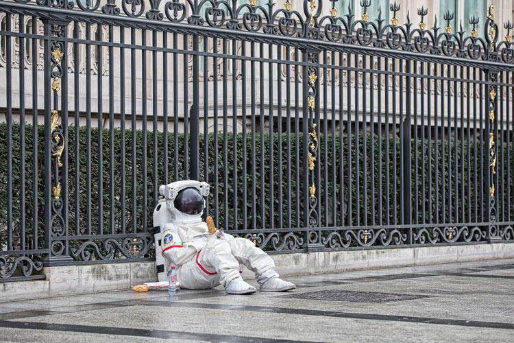 來到遙遠的異國 流落在巴黎的街頭