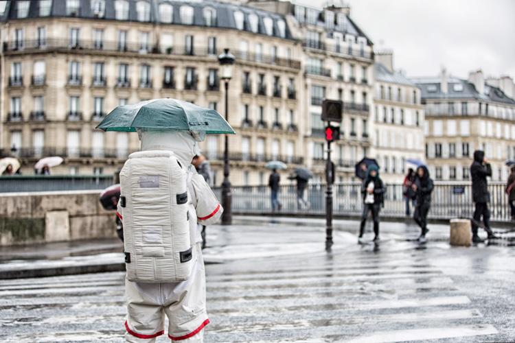 今天的雨下得不停 我寶貴的太空衣啊....