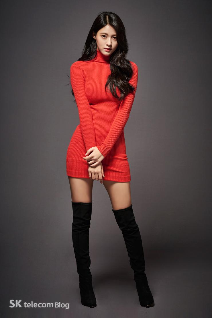 吼吼! 就是這組最近吸引眾多男生視線的海報!雪炫身著紅色套裙,美翻♥