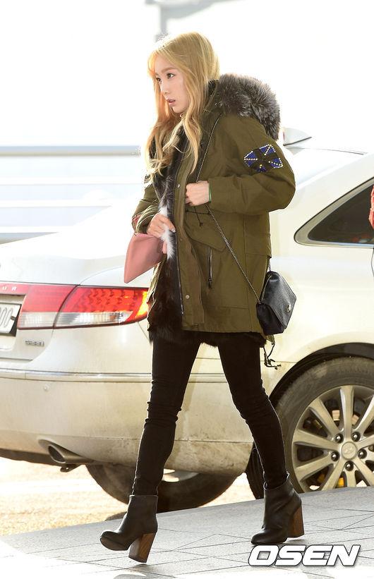 #3 臂章 太妍最新的機場時尚中,穿了一件有臂章的連帽外套,剛好表現了本季很流行的軍裝風。