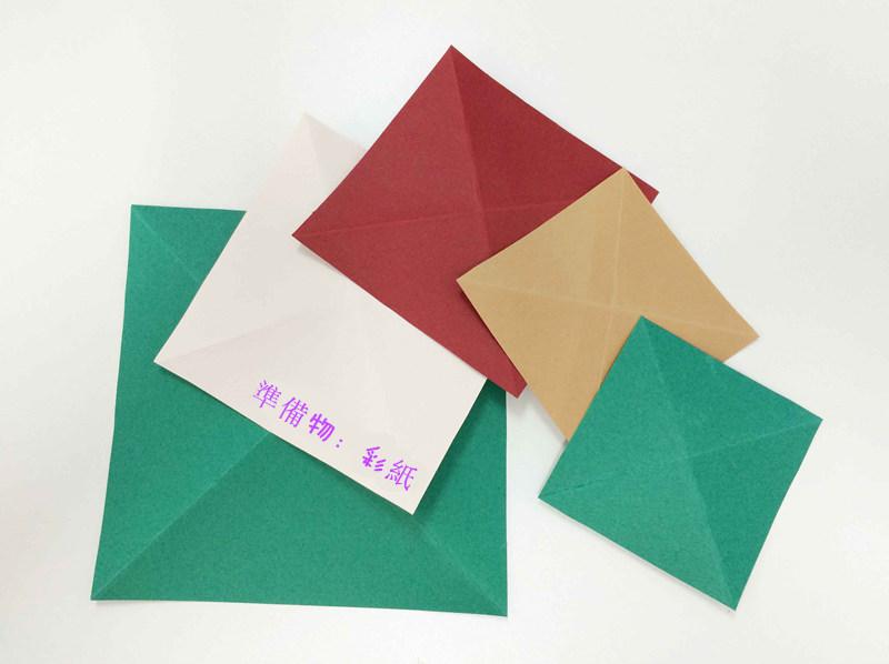 準備材料非常簡單:彩紙준 實際上如果你只想做一棵聖誕樹的話,一張紙就足夠了..(⊙o⊙)!...是不是聽起來就很簡單的樣呢?!