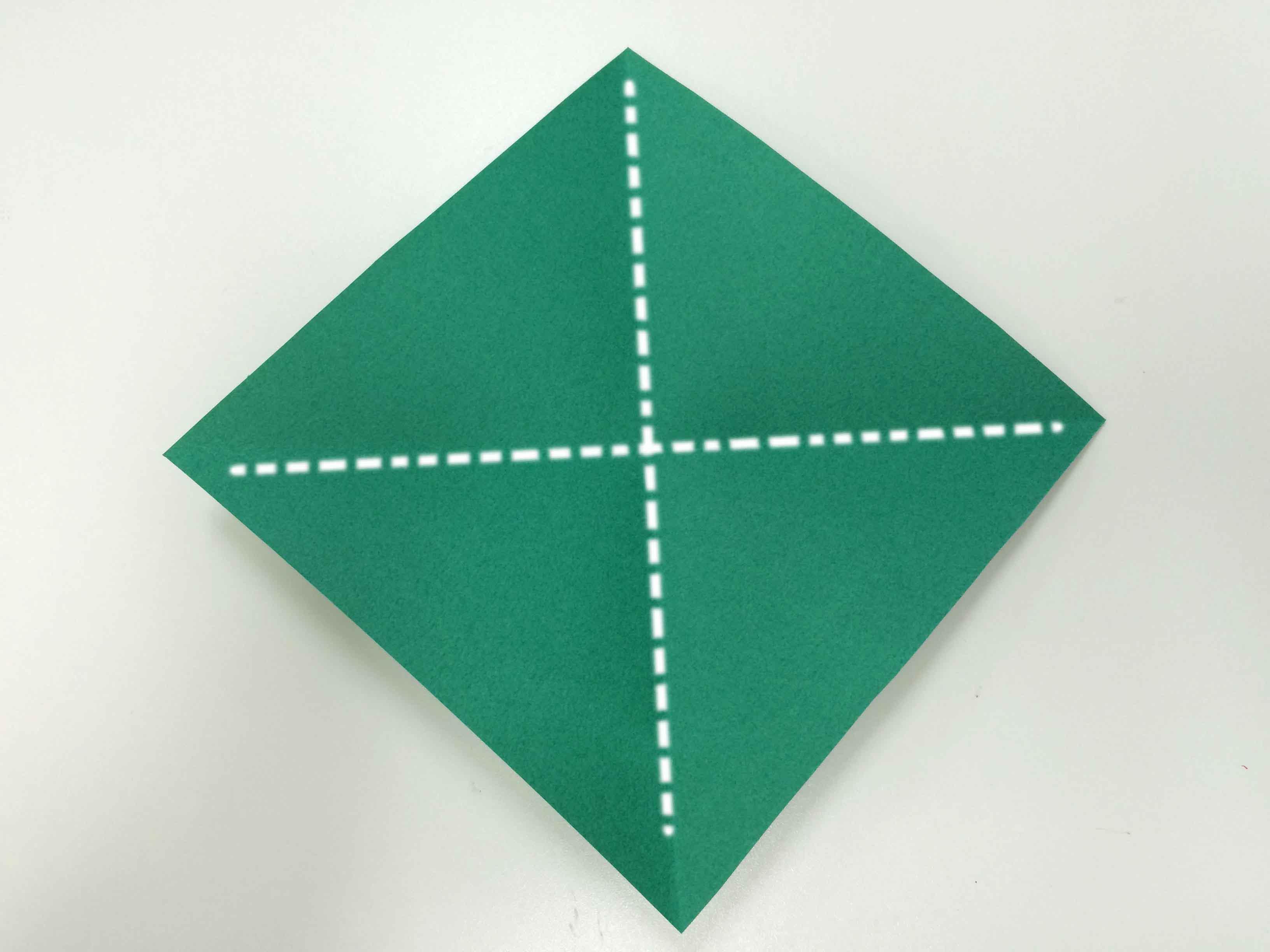 1. 沿對角線把彩紙疊起來,再展開!