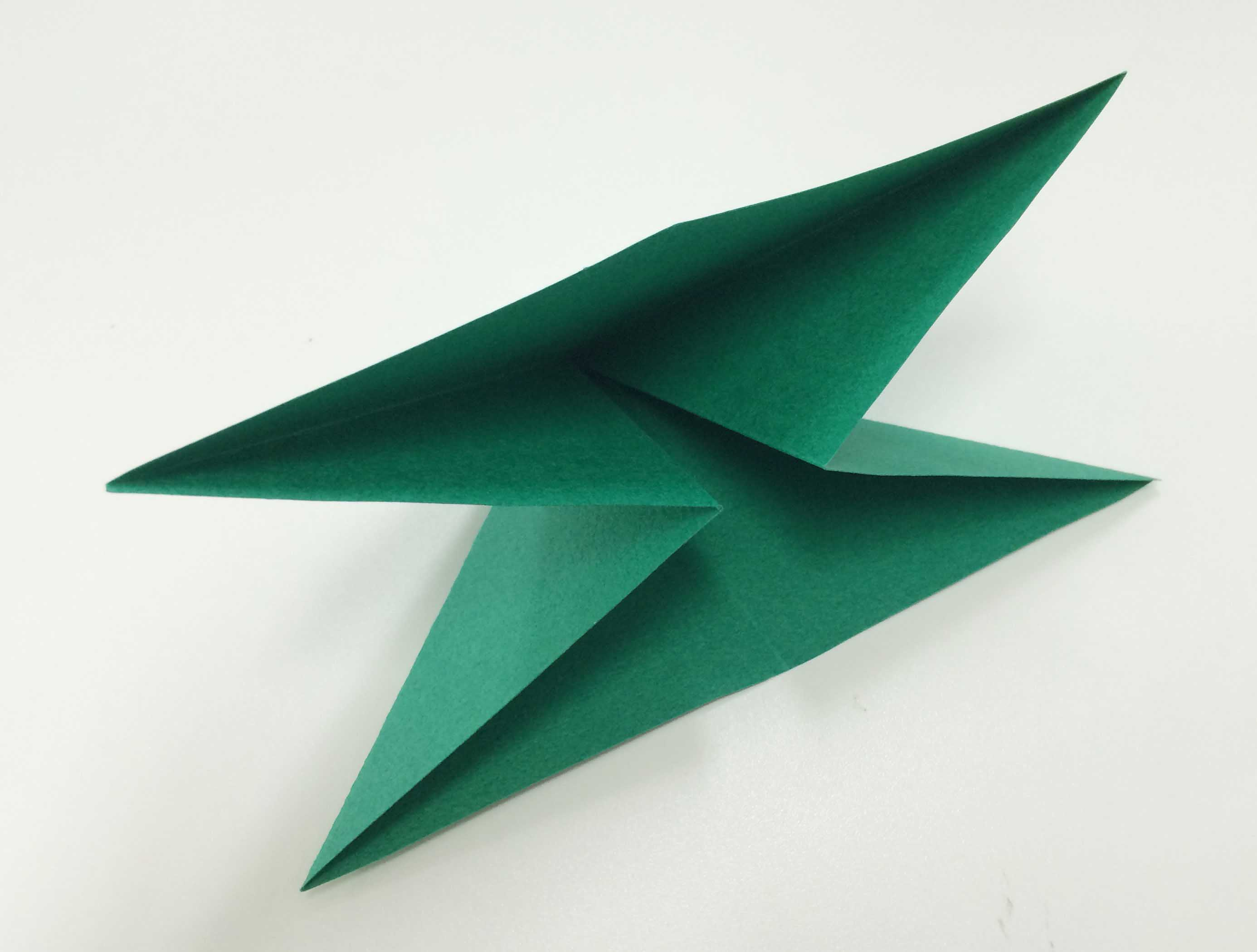 3. 接著按照折痕的模樣,折疊成一個三角形口袋的模樣!