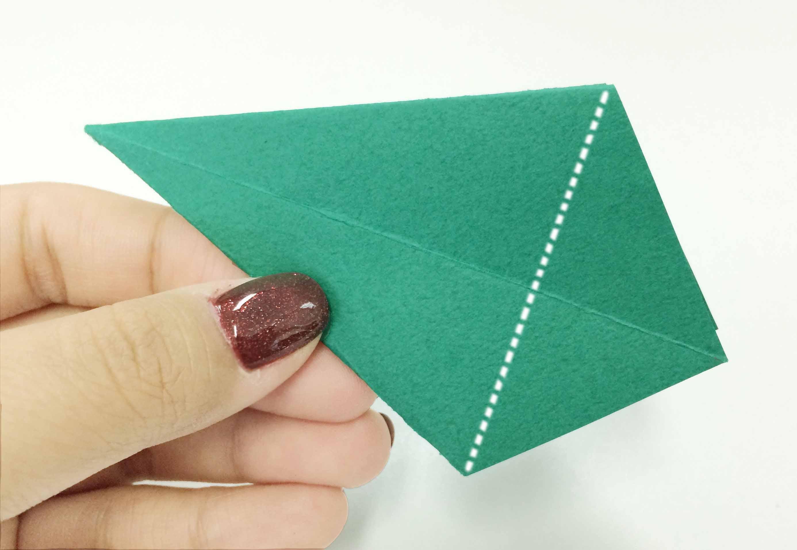 5. 把下邊小一點的三角向上疊起!