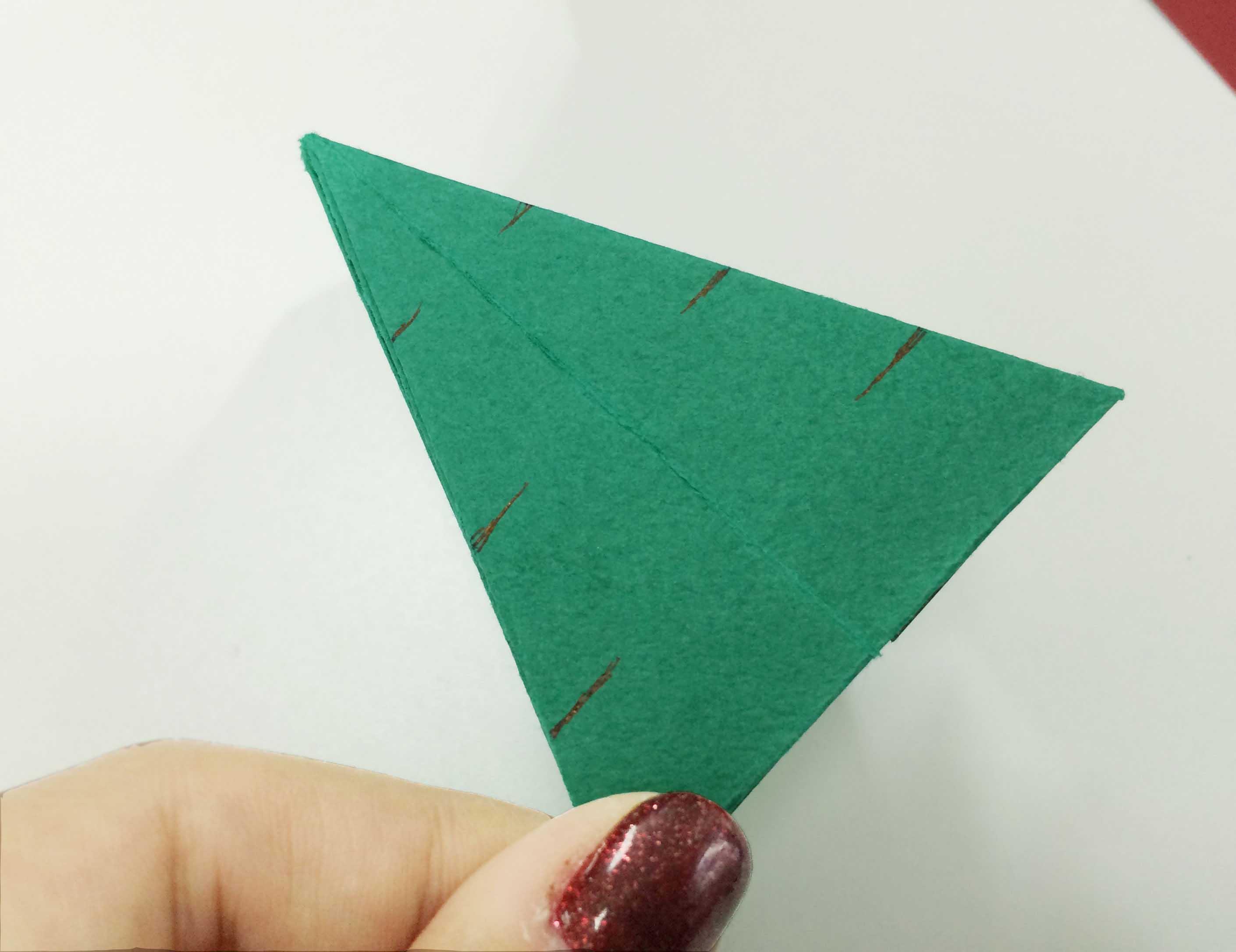 7. 接下來按照適當的間隔在疊好的彩紙上剪一些口子! 越往上口子的寬度越窄~