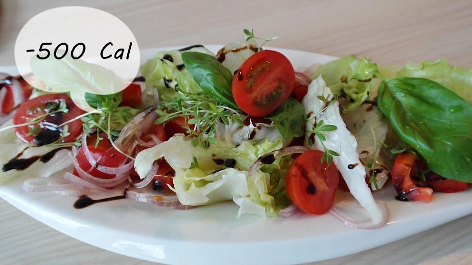 #10 沙拉的吃法 吃沙拉是好事,但有時沙拉的料反而是你變胖的原因!盡量以蔬菜為主,如:烤甜椒、洋蔥或洋菇等,減少油、起司、雞肉等食材,可以減少攝取500卡左右的熱量!