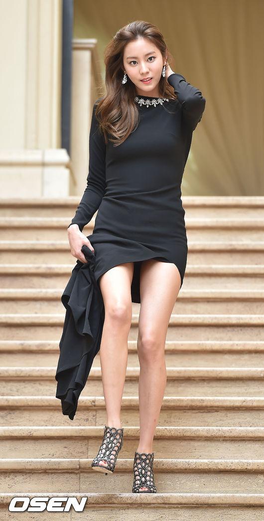 UIE更是自出道以來就以結實的「蜜大腿」聞名 之前就曾在綜藝節目上 被主持人問是不是有偷偷減肥 UIE承認之後 還被勸阻 (被勸阻減肥不就是所有女生一輩子的夢想嗎?)