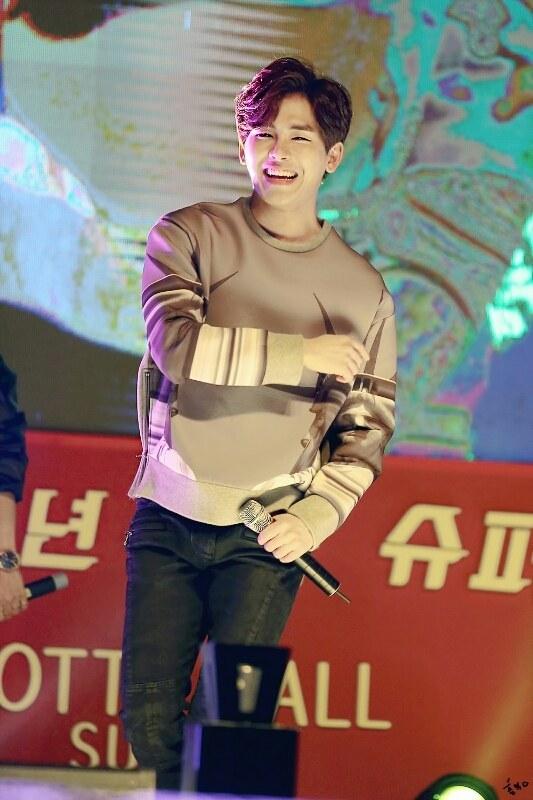 其實是因為這張照片~韓國網友們表示:「現在才發現原來Hoya這麼美,看到這張照片真的嚇到了!」小編也覺得這張拍得很好欸!!!!看看那笑眼♥(´∀` )人