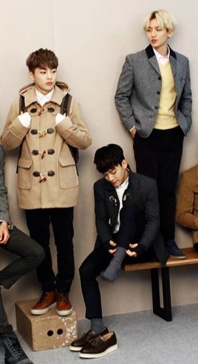 可愛模樣被其他網友們稱為「男版金絲草」,站在木箱上面的樣子感覺更萌XD話說Chen'獨自穿襪中'也蠻好笑的哈哈