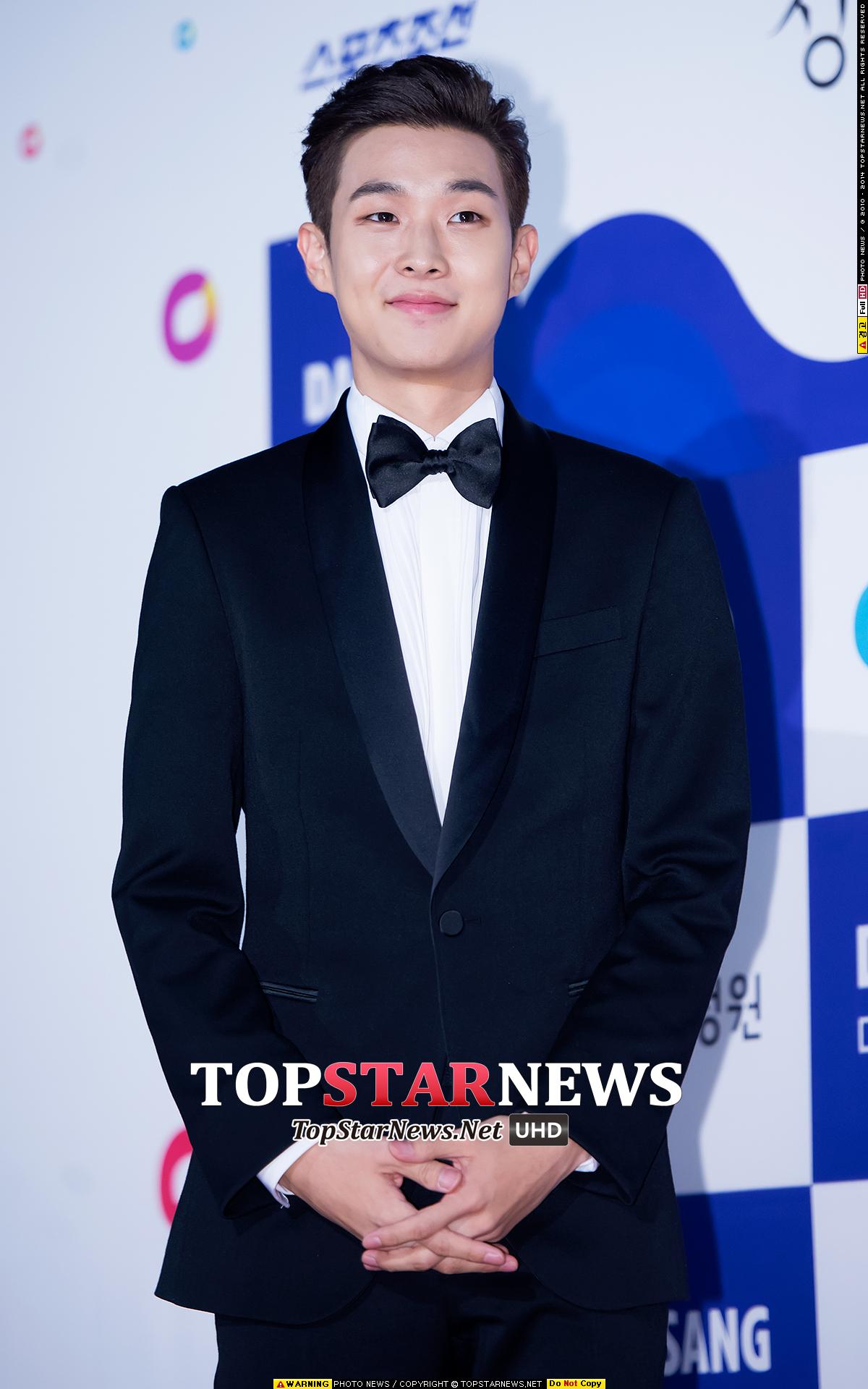 原來是JYP旗下的演員崔宇植!今年拿到野花電影獎-男新人演員奬、韓國影評獎-最佳新人男演員以及青龍電影獎-最佳新人男演員三項獎項的他,其實以前也出演了不少作品呦!