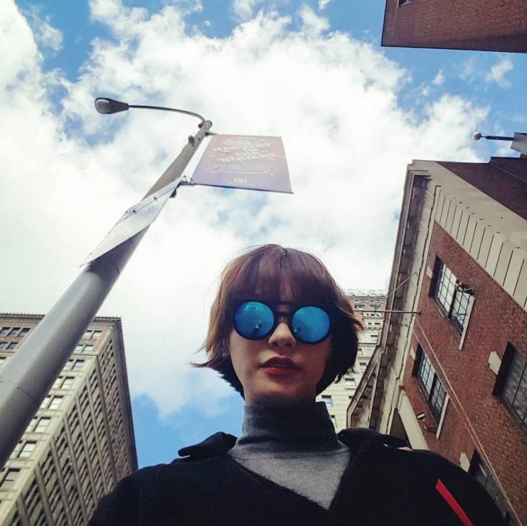最近韓國網友們在討論的女演員是以模特兒身份出道,之前接下不少廣告代言成為炙手可熱的模特兒,但後來轉型為演員,飾演不少角色都是偏向強勢霸道的冷艷美女。