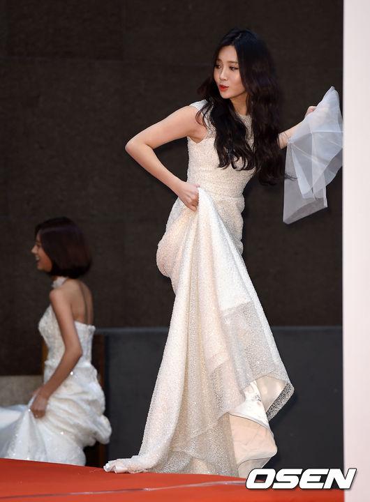 成員Yura就帶著禮物下台啦..欸不對...怎麼是一片紗?怎麼走紅毯落漆了嗎?