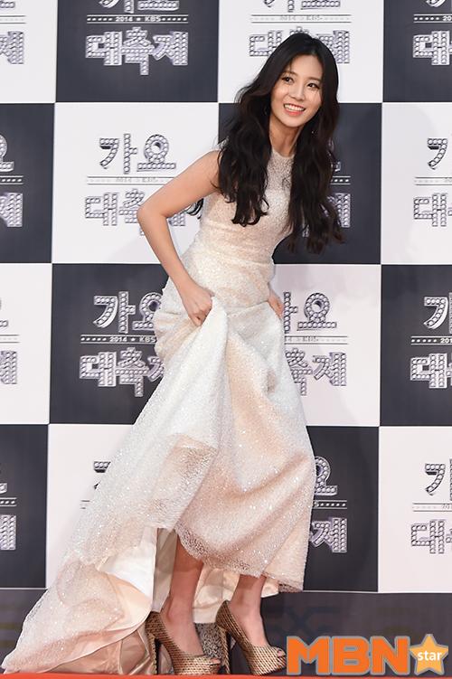 隨著今年KBS出席名單公布,而浮上檯面的舊照片又重新被韓國網友拿出來討論!但是仔細看一下Yura的裙底,看不出來哪裡掉紗啊?那片紗真的是Yura的嗎?