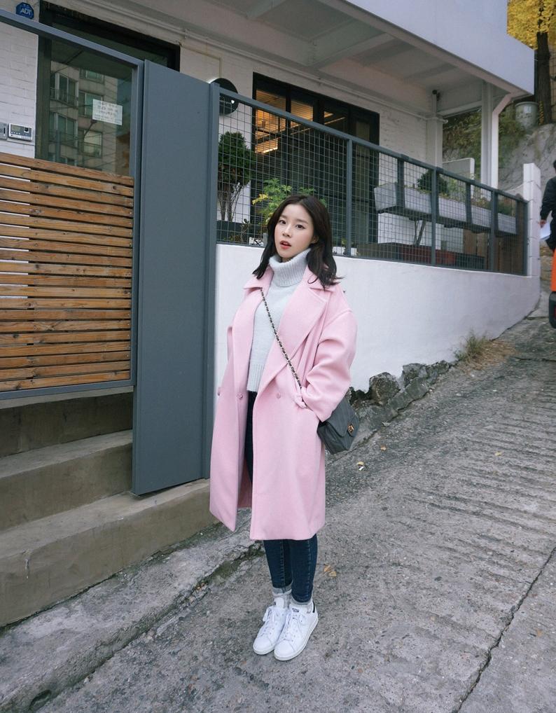 除了黑、灰、咖啡色,粉嫩色大衣其實搭配性也很好喔!要不要試試看咧?
