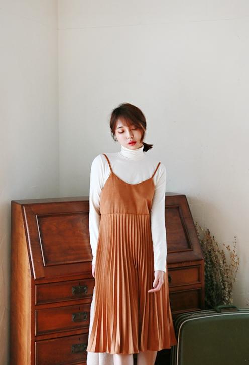 #背心吊帶裙 從春夏開始延燒的吊帶裙風潮,冬季依舊推出更多樣式&剪裁。最基本的搭法就是內搭高領衫or襯衫!