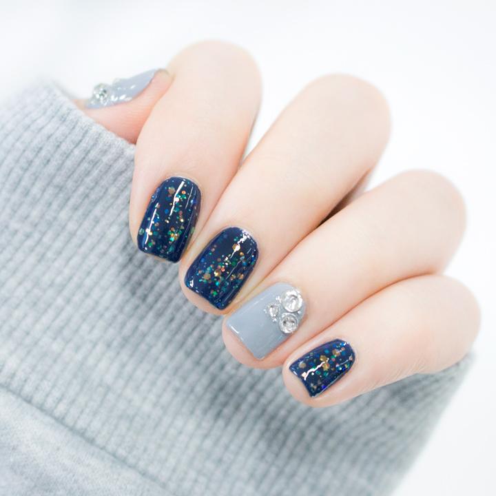 噢!對了! 白色的鑽石貼紙就貼在灰藍色底色的兩指上